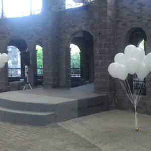 Два фонтана из белых шаров на грузике