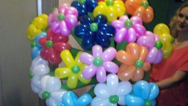 25 ромашек из воздушных шаров