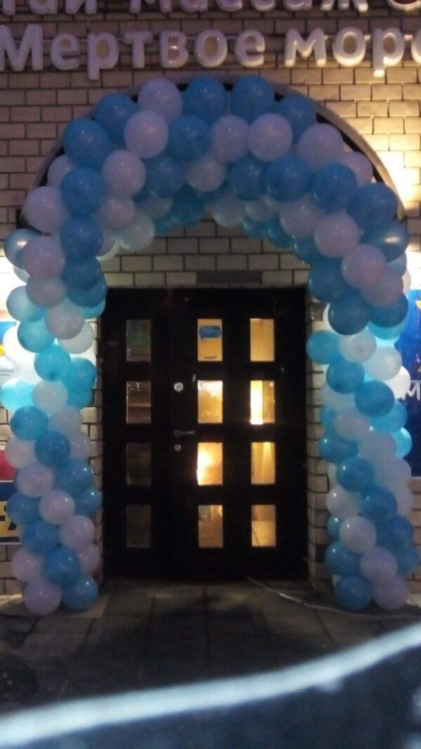 Арка из воздушных шаров двухцветная. Магазин на цокольном этаже