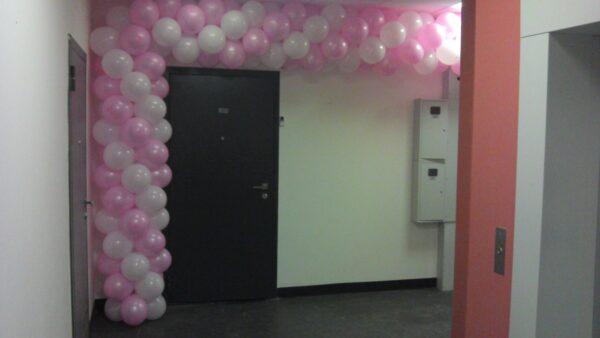 Арка из воздушных шаров двухцветная. Вход в квартиру