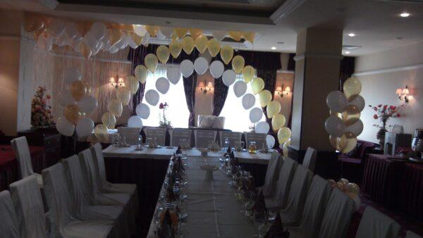 Цепочка из шаров. Зал для свадьбы